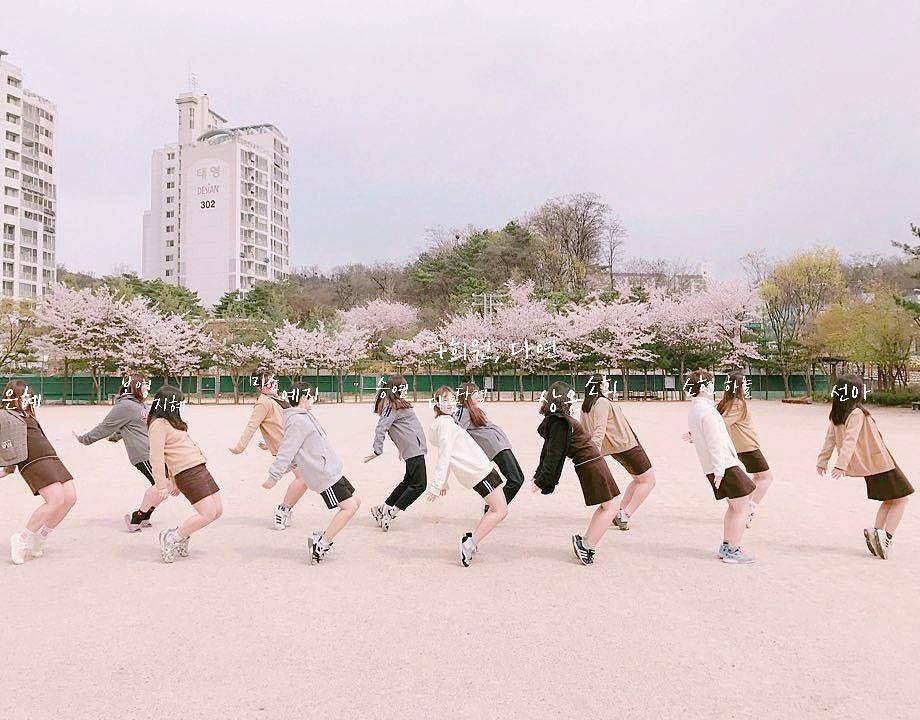Muôn kiểu chụp ảnh nhóm cực yêu cho hội chị em | Aphoto